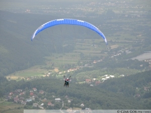 Paralotniarz wzbijają…cy się™ w powietrze z góry Żar