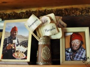 W izbie pamięci. Chorągiewki wbite na śląskie kluski dla uczczenia zdobycia wszystkich 14 ośmiotysięczników przez J. Kukuczkę