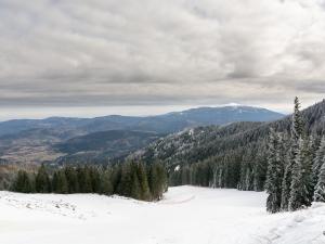Podejście na Miziową, w oddali zaśnieżona Babia Góra
