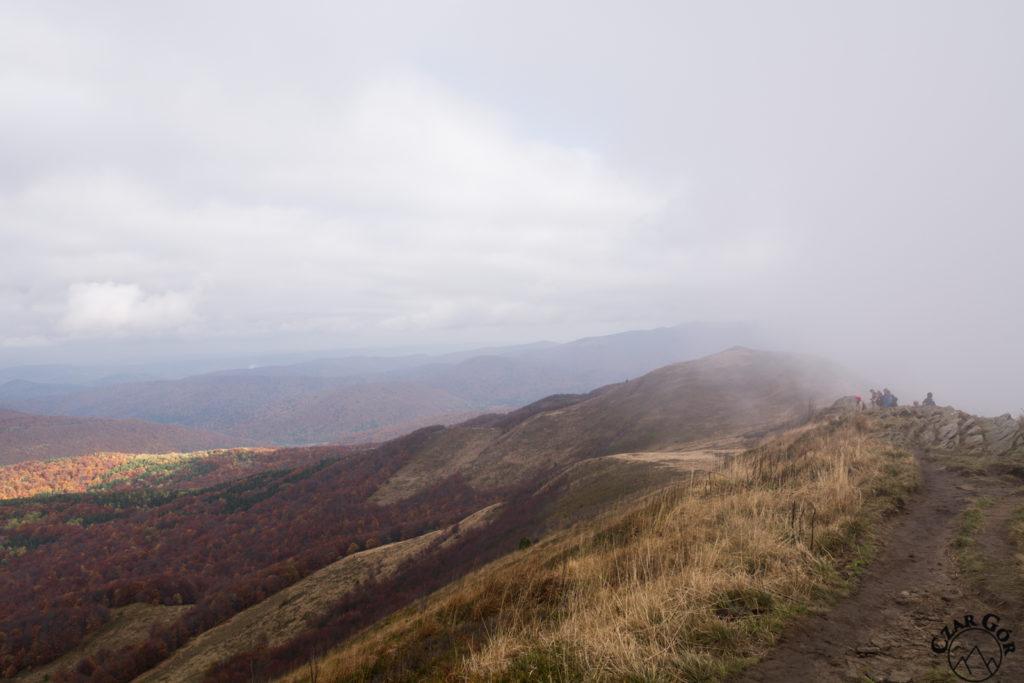 Chmury szczelnie otulające południowe zbocze Połoniny Caryńskiej
