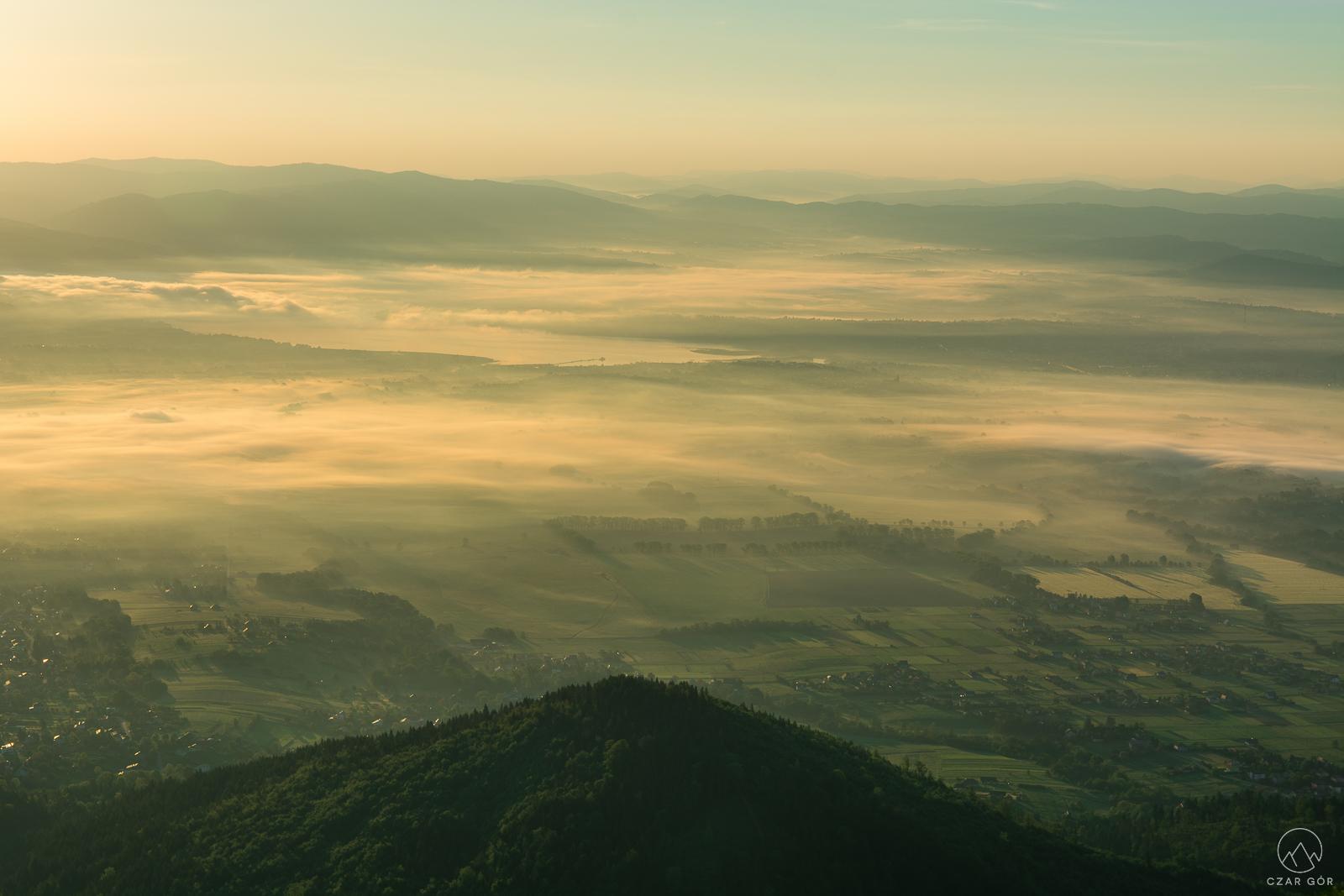 Kotlina Żywiecka w porannej mgle