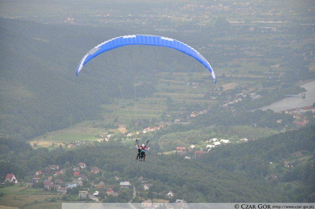Paralotniarz wzbijający się w powietrze z góry Żar