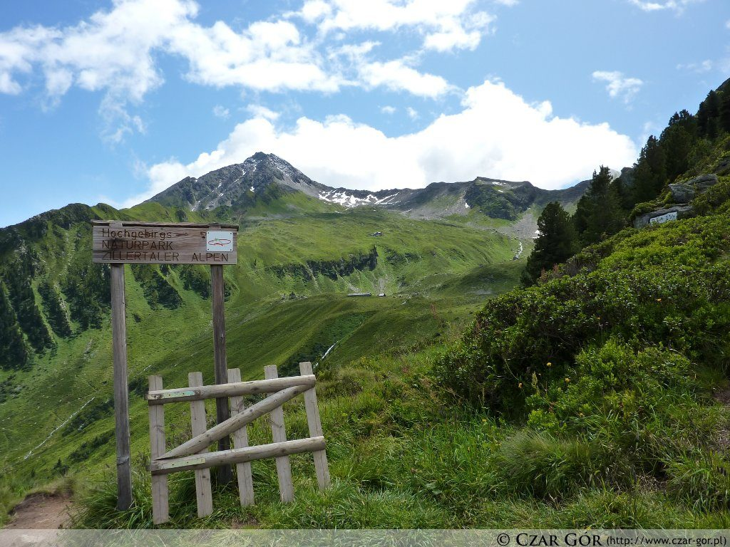 W oddali szczyt Ahornspitze (2973 m n.p.m.), pod nim schronisko Edelhütte