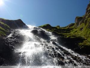 Wodospad powstały z wód jeziora Torseen