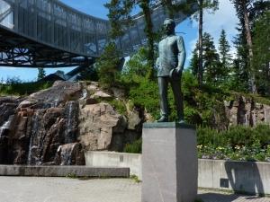 Fridtjof Nansen na tle skoczni w Holmenkollen, Oslo