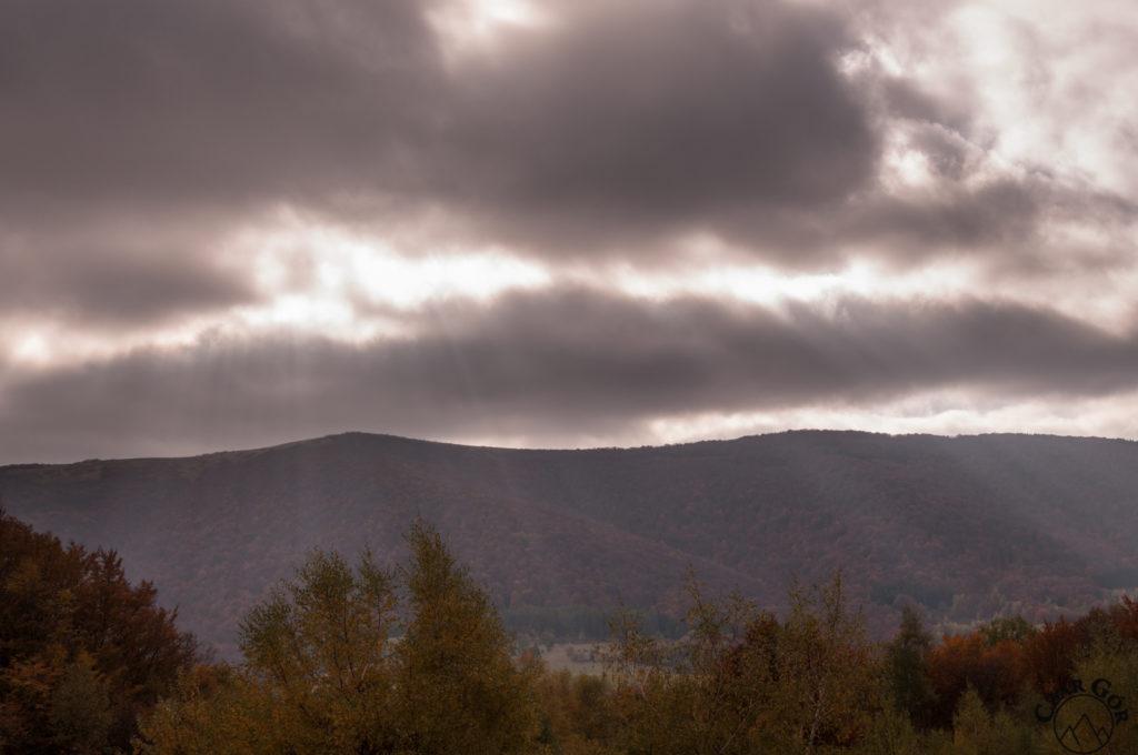 Przedzierające się przez chmury promienie słoneczne