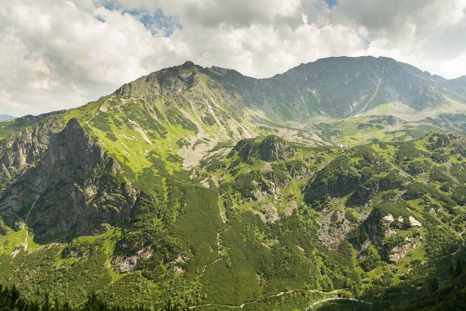 Dolina Pięciu Stawów Polskich. Z lewej piekny szlak na Świstową Czubę
