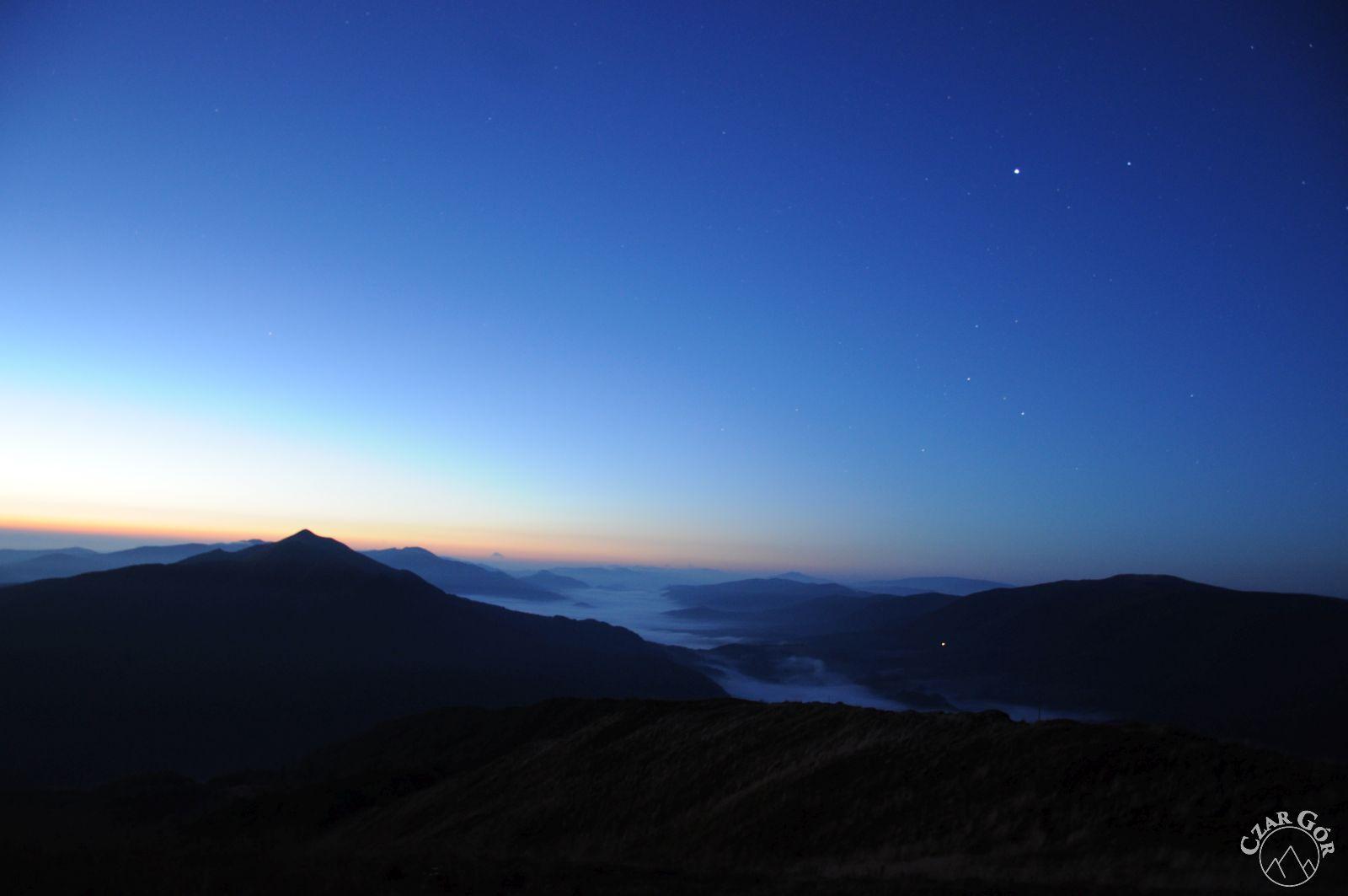 W stronę Połoniny Caryńskiej. Tuż przed wschodem Słońca