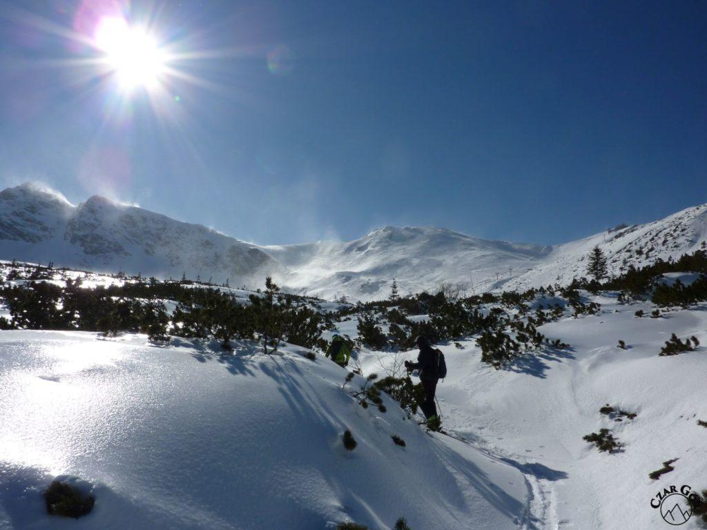 Wycieczka skitourowa pod Przełęcz Karb. Od lewej - Pośrednia Trójna, Skrajna Przełęcz, Skrajna Turnia, Przełęcz Liliowe, Beskid, Sucha Przełęcz
