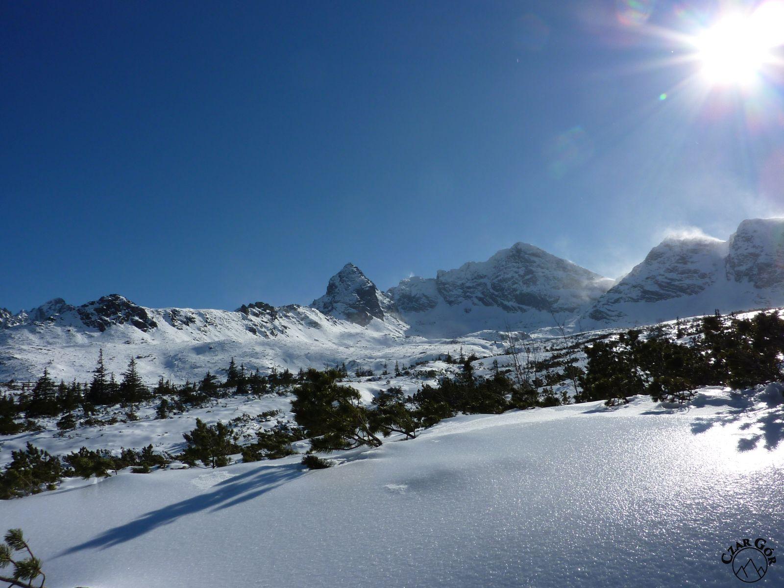 Wycieczka skitourowa pod Przełęcz Karb. Od prawej: Skrajna Turnia, Skrajna Przełęcz, Pośrednia Turnia, Świnicka Przełęcz, Świnica, Kościelec