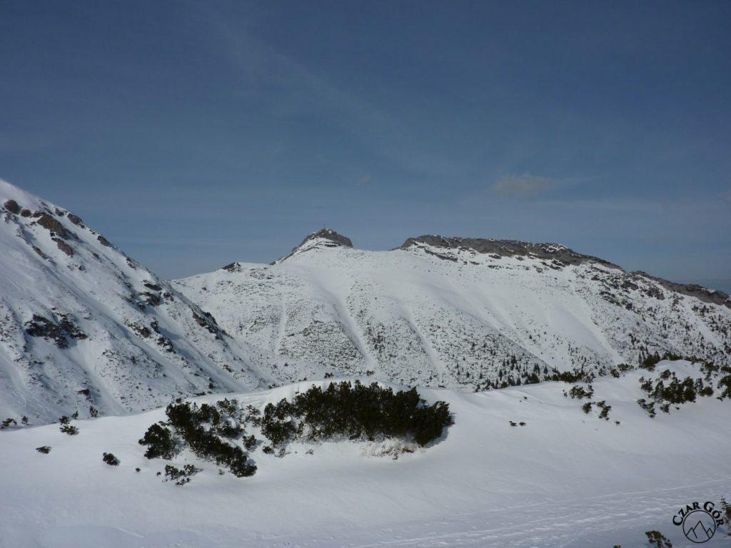 Wycieczka skitourowa na Łopatę. W Dolinie Kondratowej, widok na szczyt Giewontu i Długi Giewont