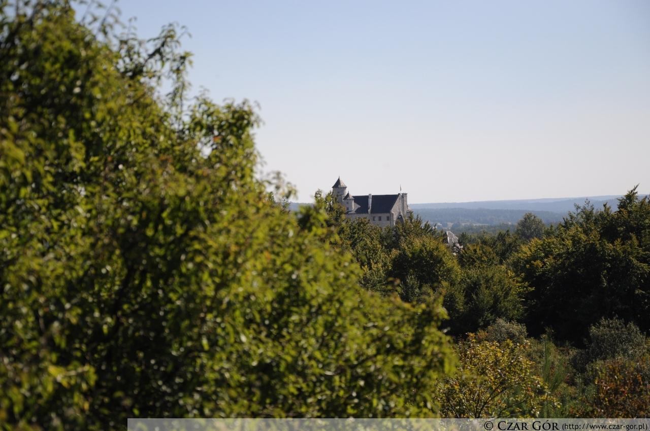 W oddali - zamek w Bobolicach