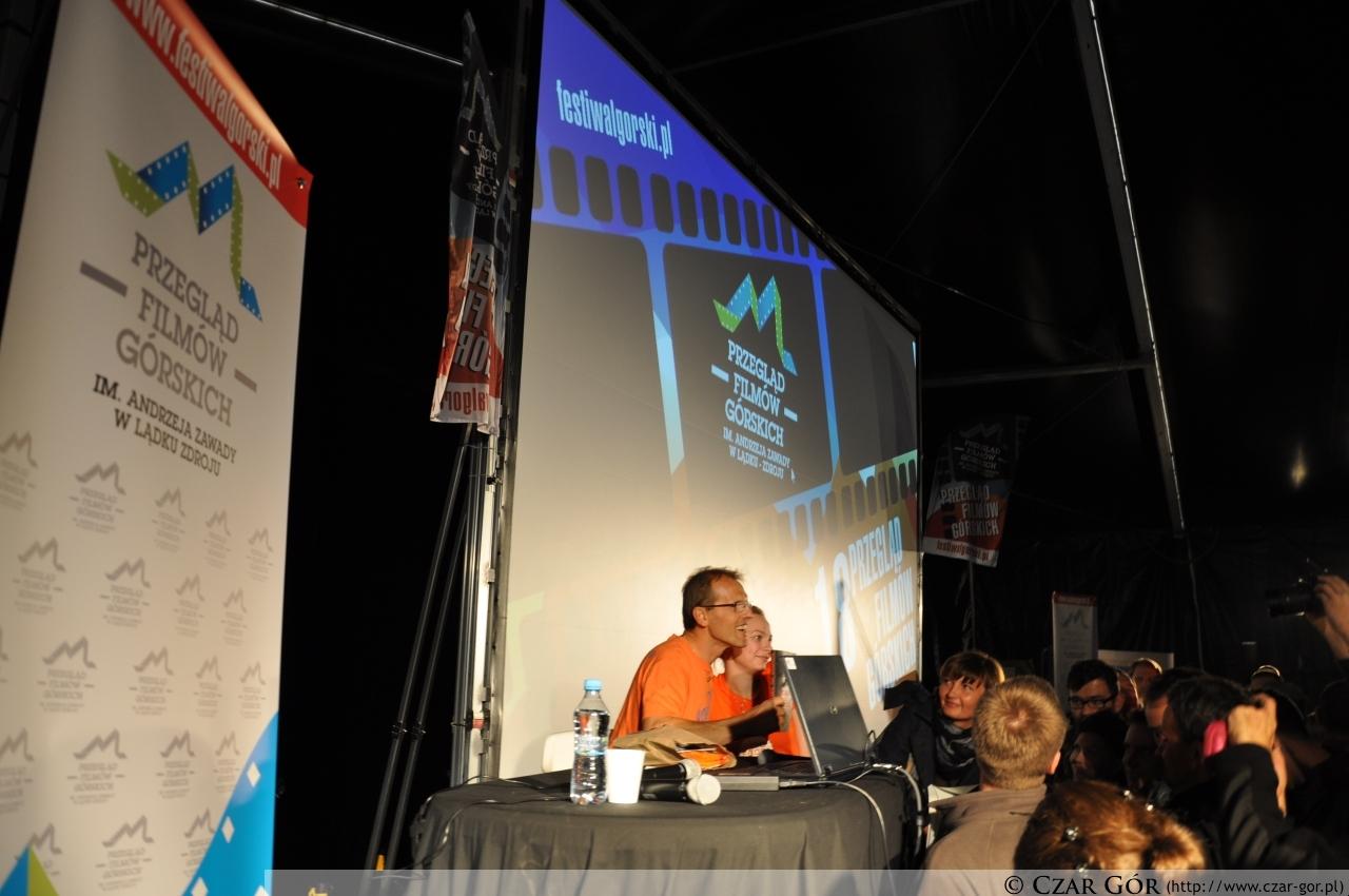 Simone Moro podpisujący książkę 'Kometa nad Annapurną'