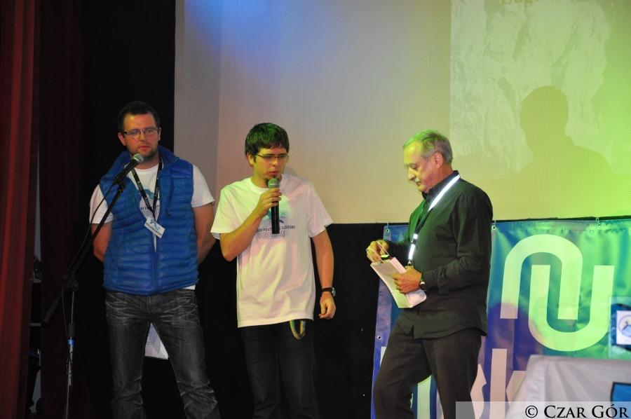 Krzysztof Wielicki po prelekcji, rozdający nagrody