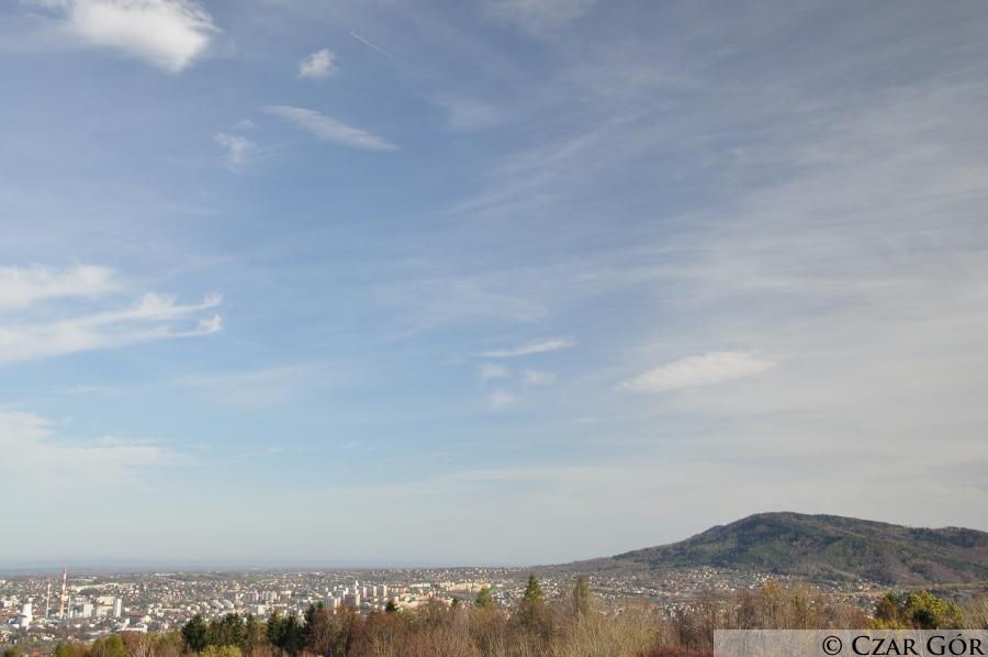Widok z polany pod Dębowcem. Widoczna Łysa Góra