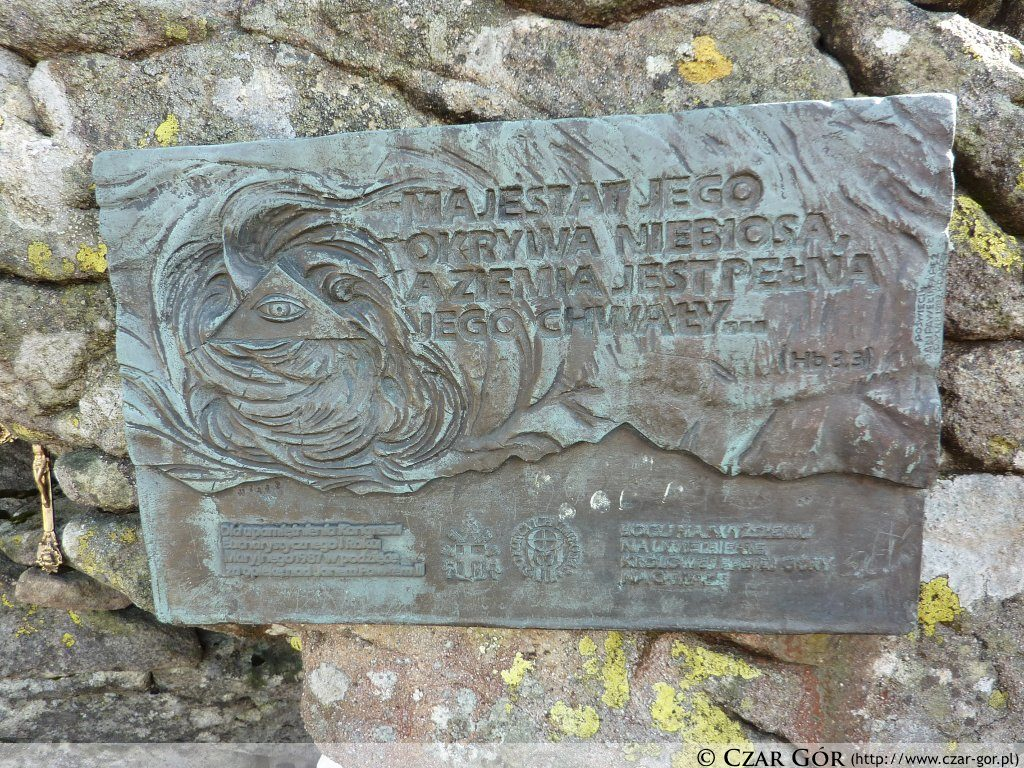 Pamiątkowa tablica pod szczytem Babjej Góry