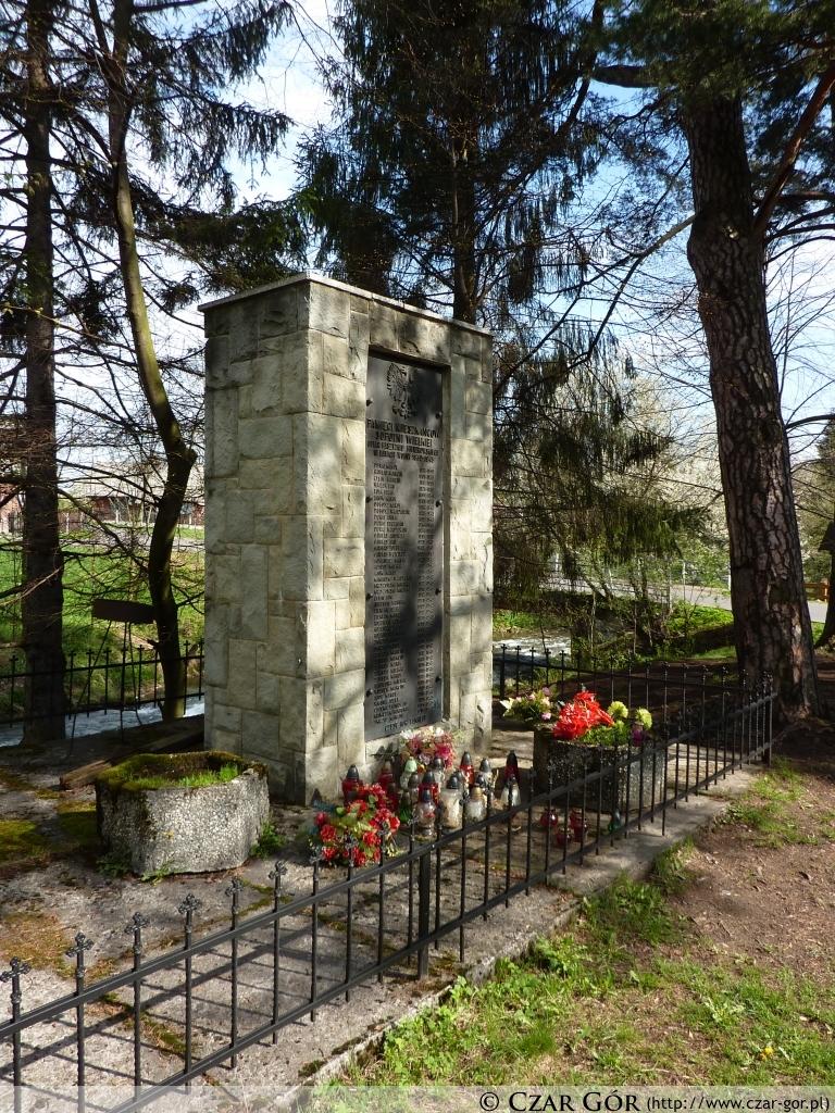 Pomnik Pamięci Mieszkańców Sopotni Wielkiej przy wodospadzie w Sopotni Wielkiej